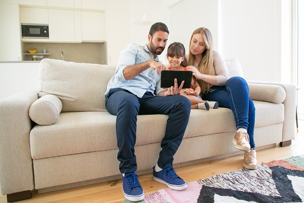 Familia educando digitalmente
